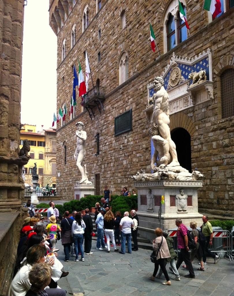 As estátuas se misturam às pessoas ou as pessoas se misturam às estátuas?