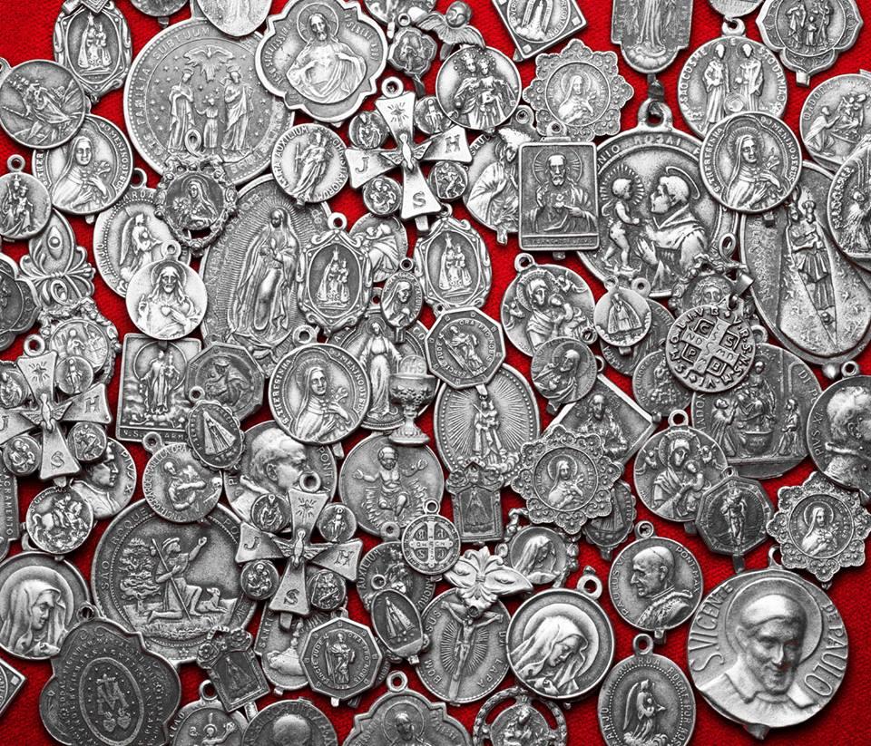 As medalhas que compõe as lindas peças da nova coleção de Lygia Durand.