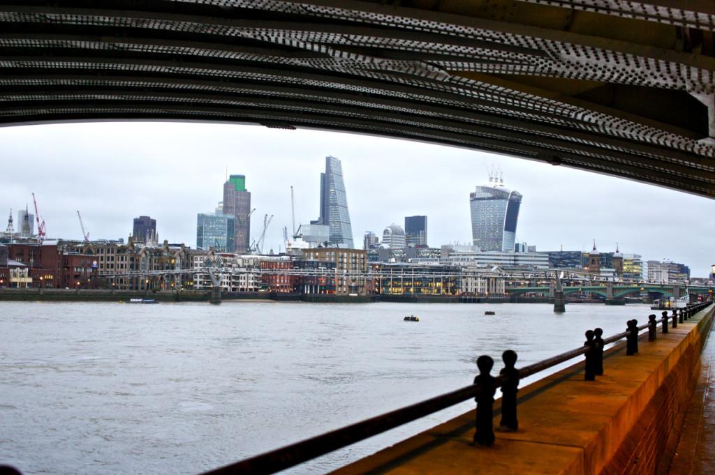 O Tate Modern fica em uma fábrica antiga renovada na beira do Rio Thames.