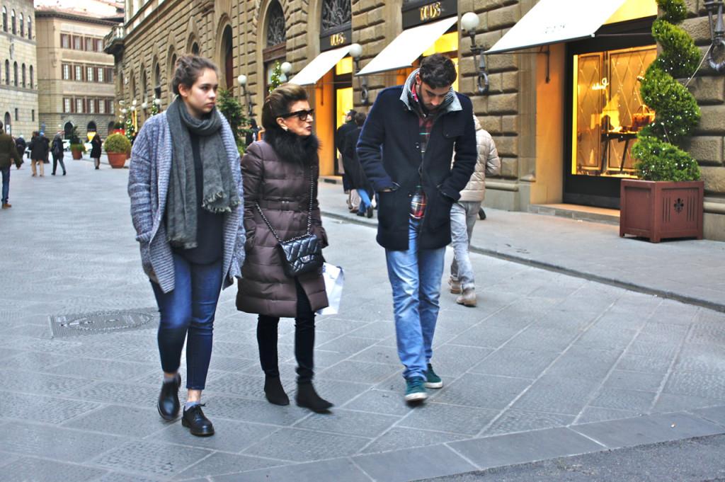 Na Via Tornabuoni nos despedimos do Cosimo que foi ver alguns amigos. Agora que ele está na universidade em Milão, quando ele vem a Florença, mata as saudades dos amigos também.