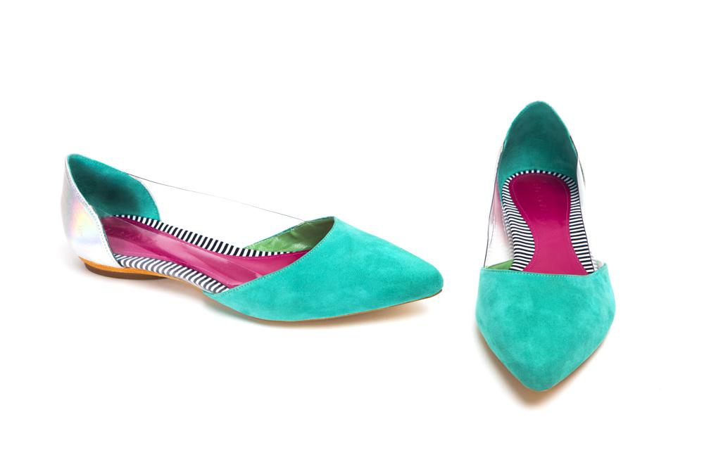 A sapatilha lindíssima em aqua com detalhes que estão super em alta: o mix de matérias primas que faz toda a diferença – temos couro metalizado + plástico + camurça!