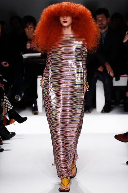 Eu acho que esta é uma homenagem a Sonia Rykiel que tem os cabelos assim ruivos, crespos com a franja e é famosa pelas listras