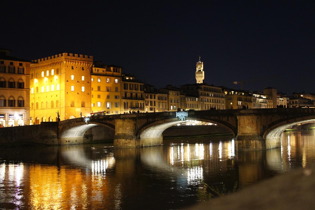 Fica bem ao lado do Rio Arno em Florença
