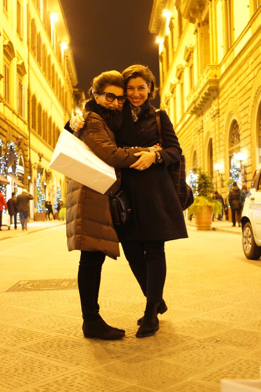 Passeando com Consuelo na famosa Via Tornabuoni de Firenze. Foto da minha neta, Allegra!!