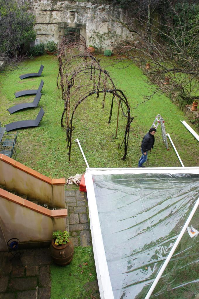 """O jardim de trás onde montaram o """"gazebo"""" transparente que se transformou em sala bar!!"""