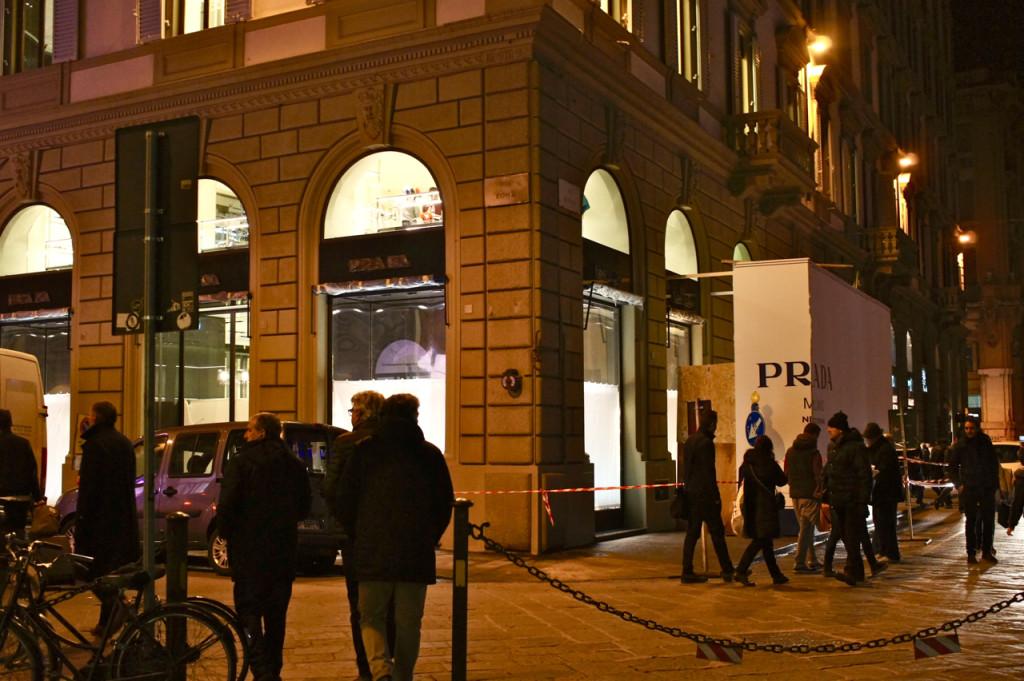 E a enorme loja da Prada na Piazza del Duomo que abre hoje à noite.  Com 20 horas para ficar pronta, devo ter vista 50 pessoas dentro terminando os últimos detalhes e preparando as estantes e cabides com produtos...frenéticamente!!  Estaremos lá para cobrir a abertura também!!