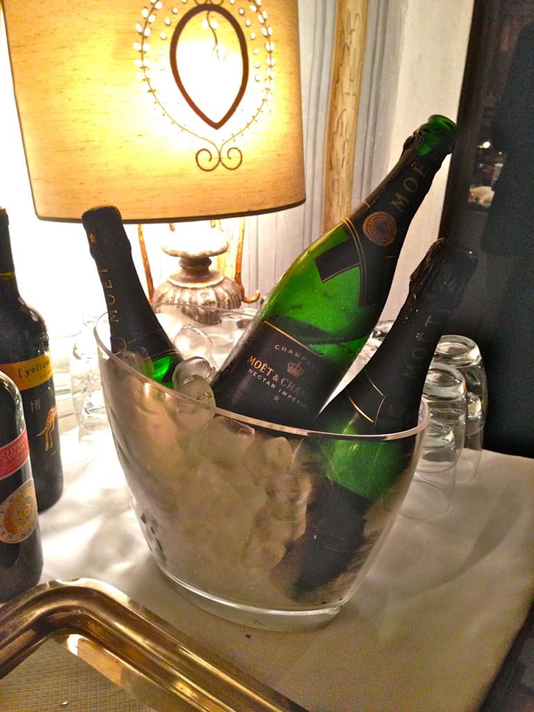 Nosso primo do Texas mandou entregar na porta três garrafas de champagne geladas no balde!!! Foi incrível!!