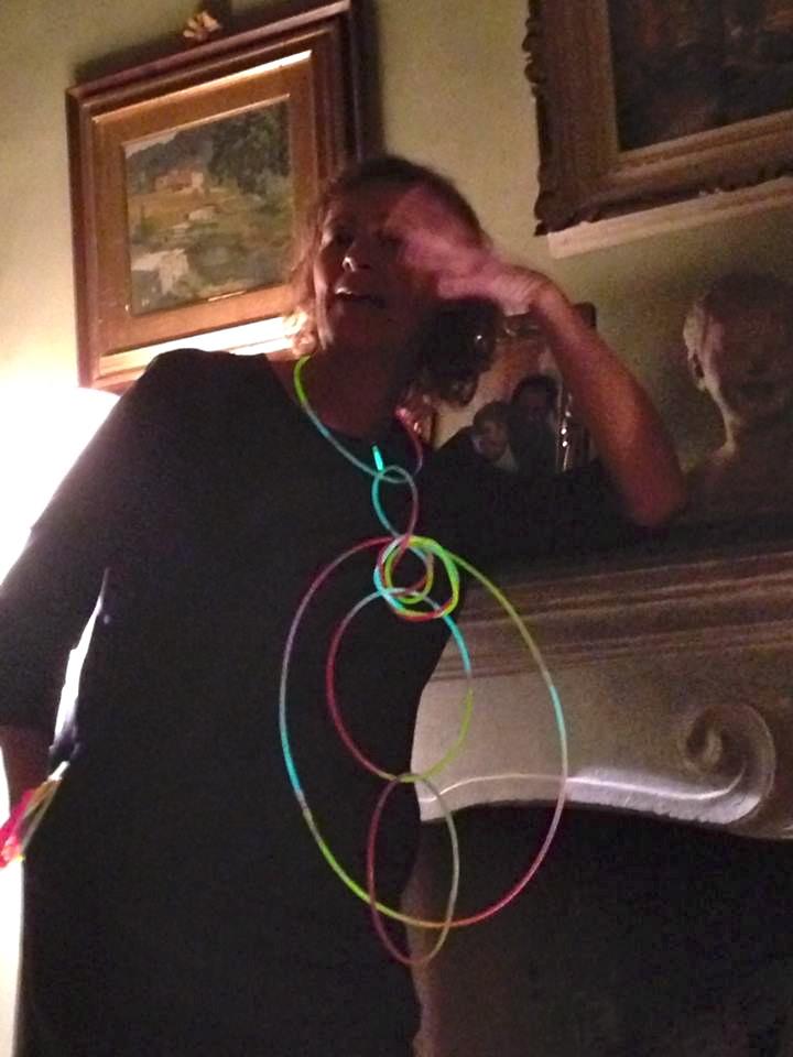 Distribui braceletes e colares que se iluminavam...foi um sucesso, e algumas pessoas foram muito criativas!