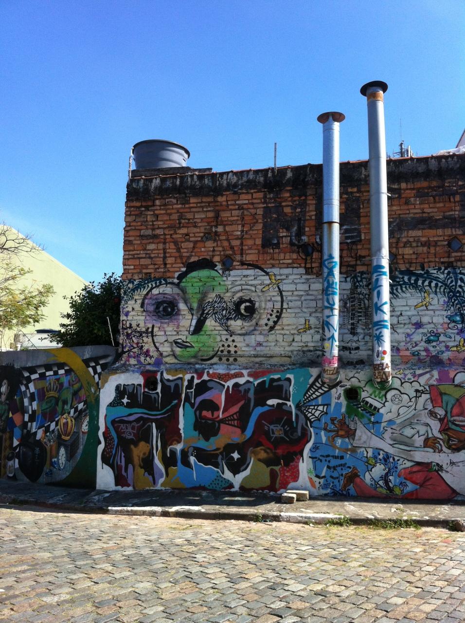O beco e suas grafites, na Vila Madalena