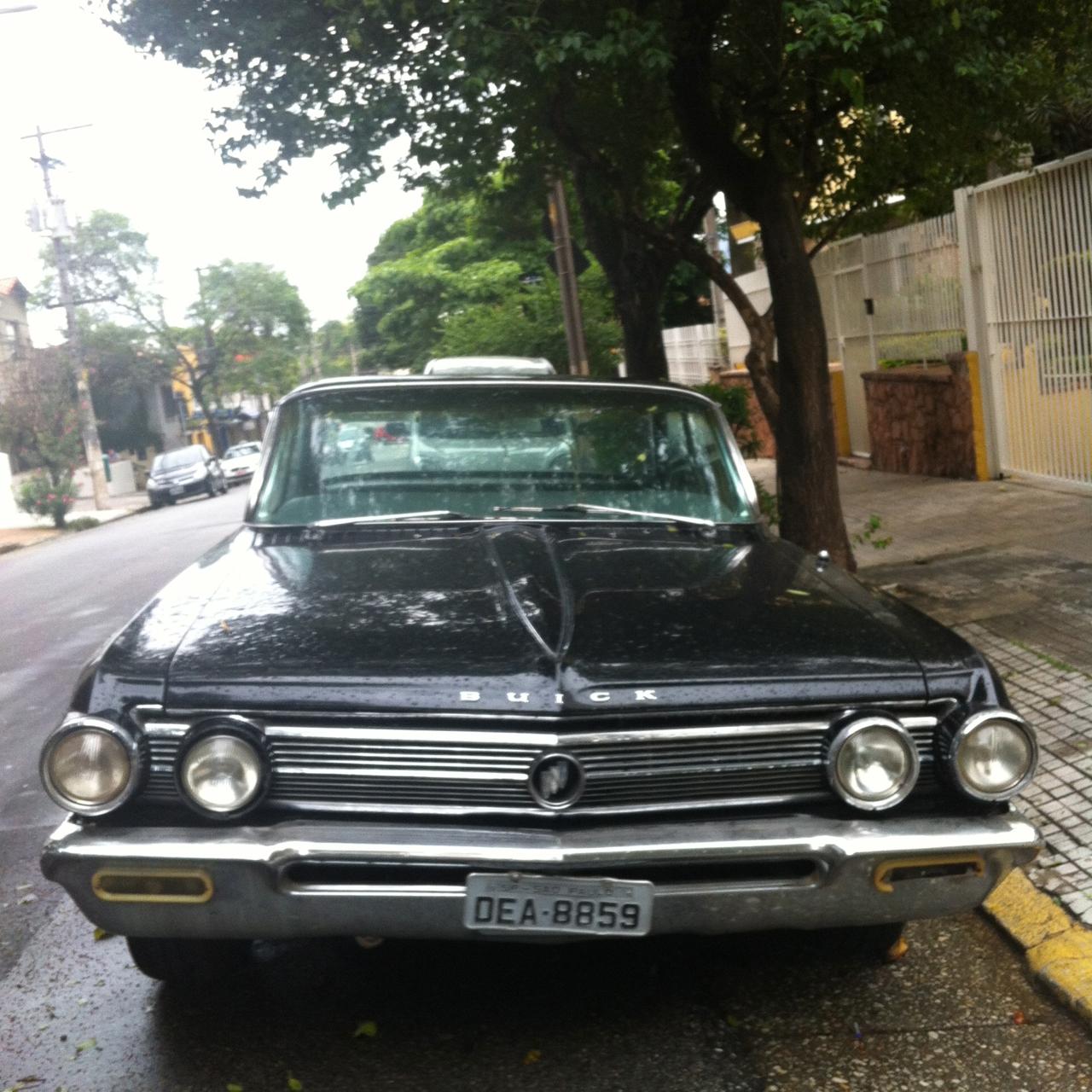 Esse Buick estava ali, estacionado na rua de casa