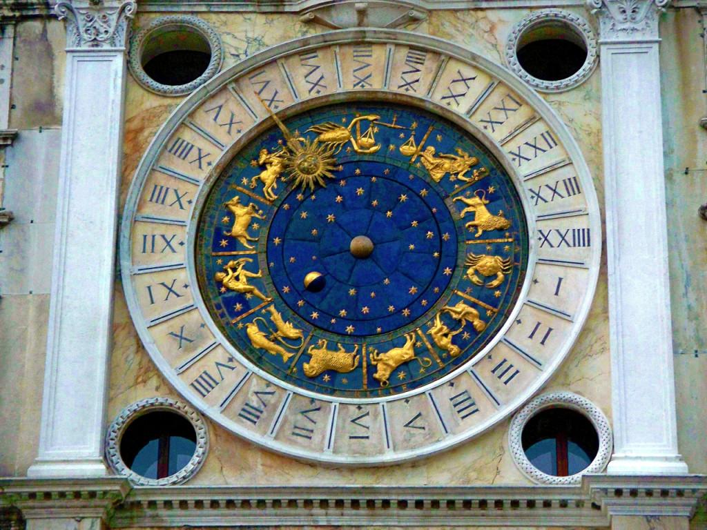 Detalhe do relógio zodiacal de Veneza, com os signos em alto-relevo dourado.