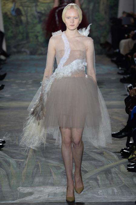 Na trilha uma canção de Bjork que usou em um red carpet um vestido cisne...será que foi coincidência?
