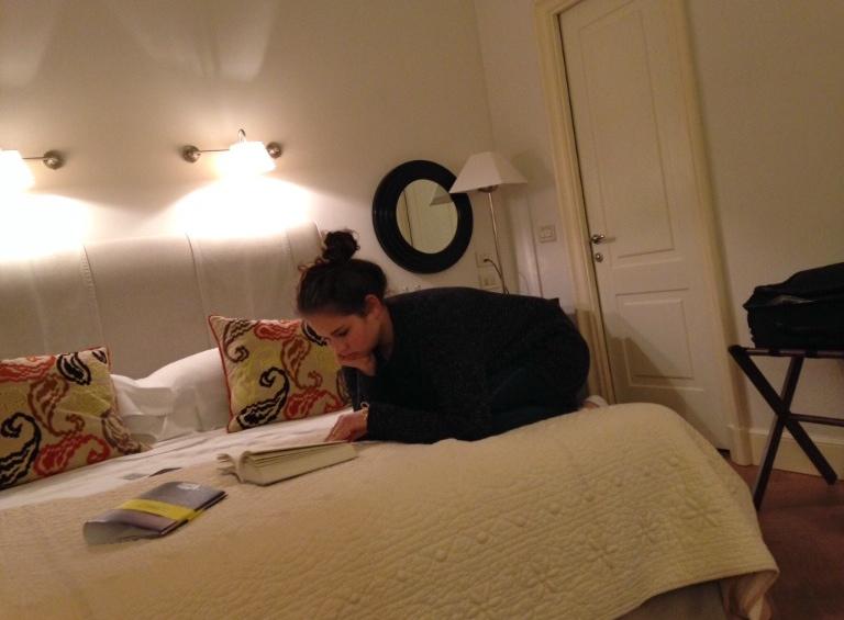 A delícia de ter Allegra no meu quarto, devorando livros!!!