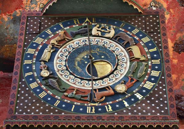 Detalhe do cinturão zodiacal na Catedral de Gdansk, Polônia.