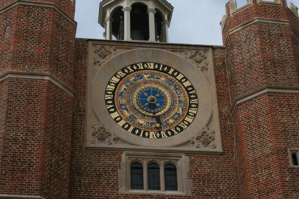 Em Londres, eis o relógio zodiacal do Hampton Court Palace.