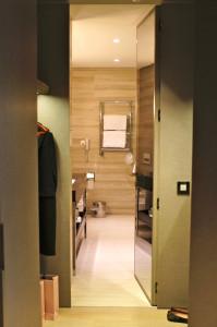 O closet que leva ao banheiro.