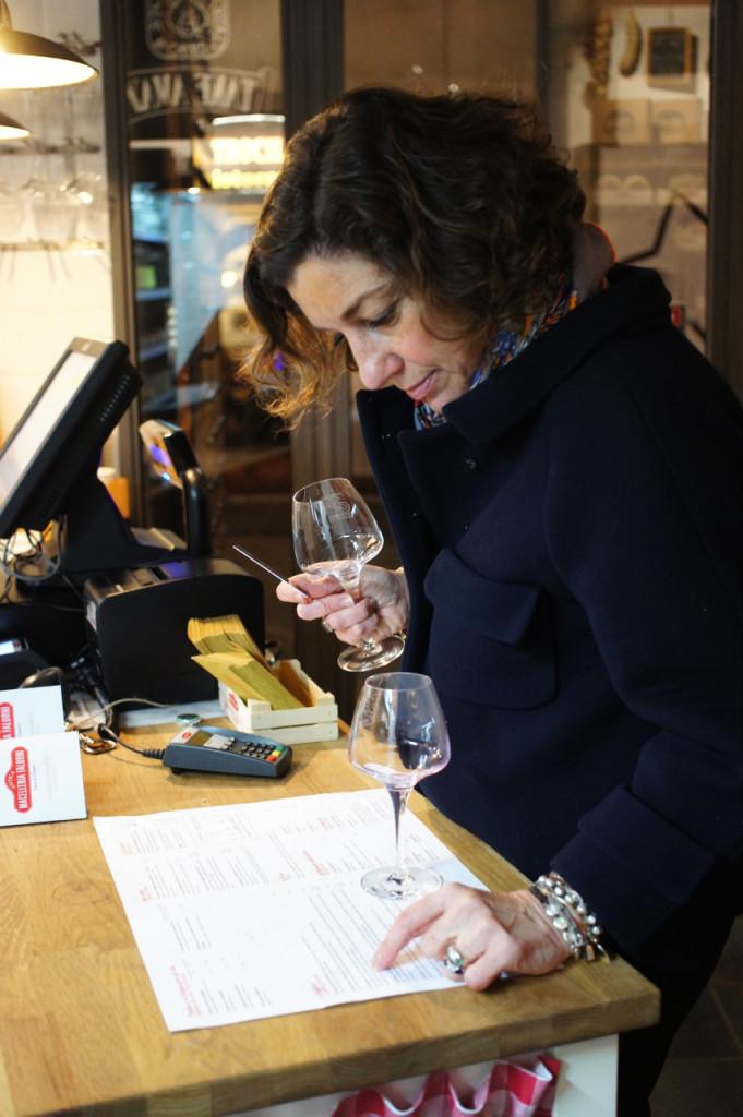 Encomenda-se no banco. Para o vinho, compra-se um cartão com quanto crédito se quer consumir.