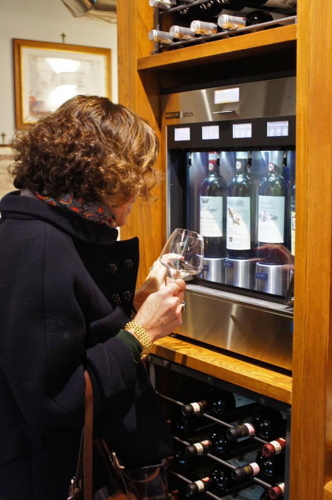 Se vai à máquina e escolhe-se o vinho