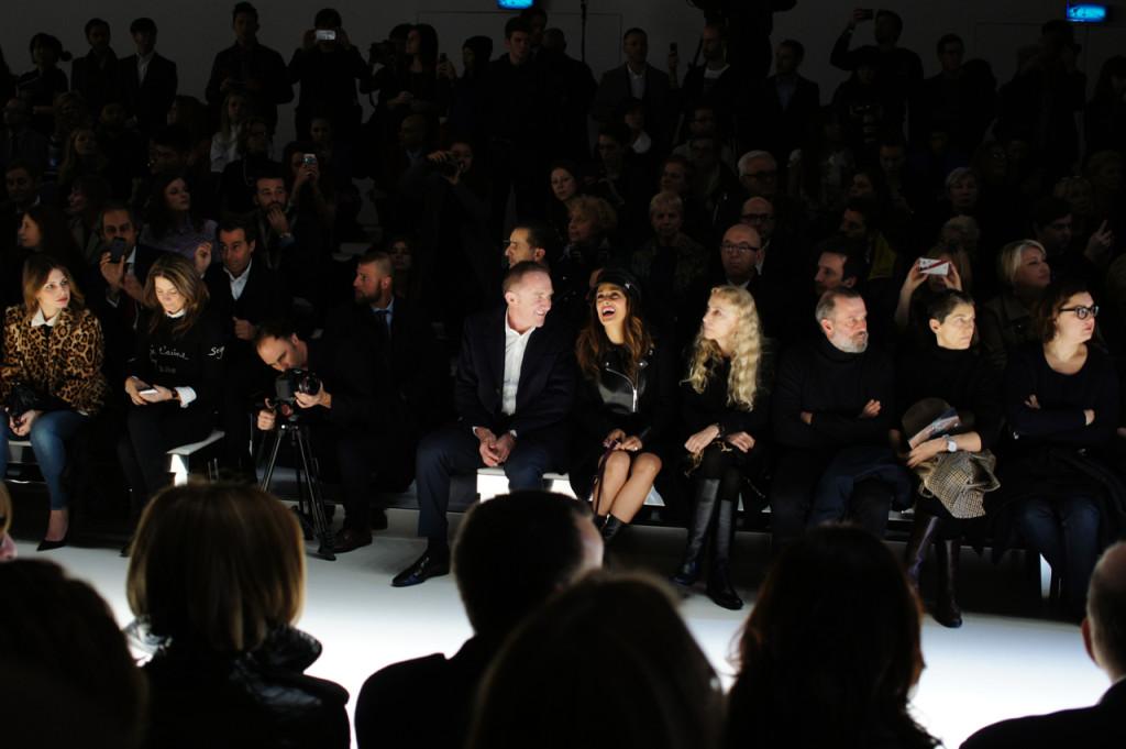 Tudo bem entre o casal.  Ao lado, loira, Franca Sozzani, chief editor da Vogue Itália.