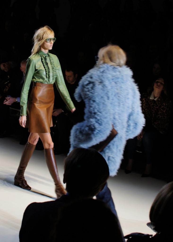 O look verde e caramelo é todo em couro!!
