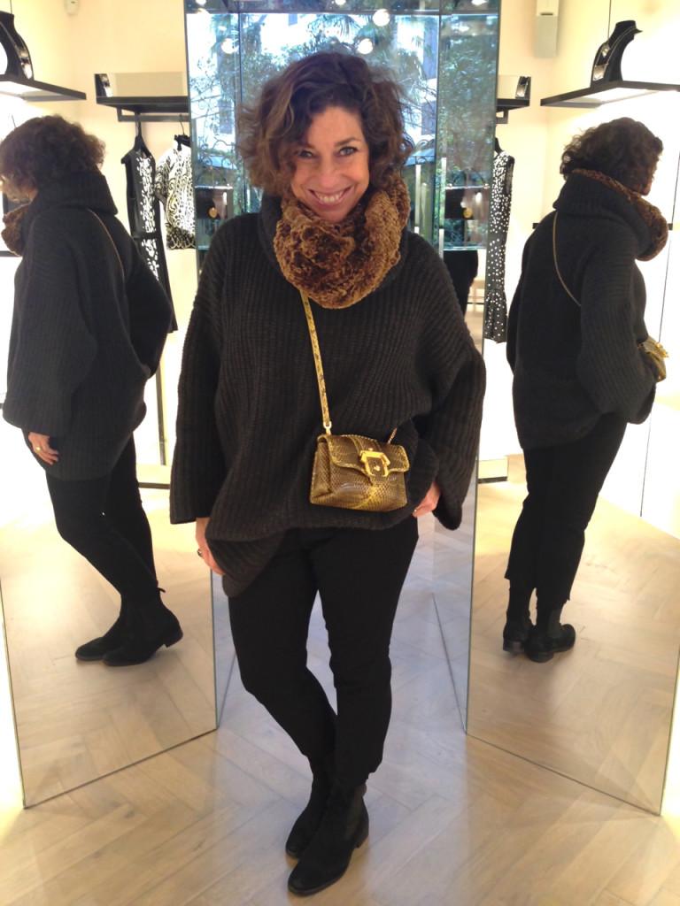 Look: suéter BP Studio, bolsa Paula Cademartori, bota Andreoni e echarpe Fendi
