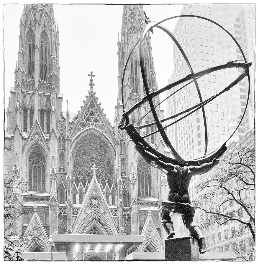 Aqui, Atlas, o Titã, diante da Catedral de St. Patrick.