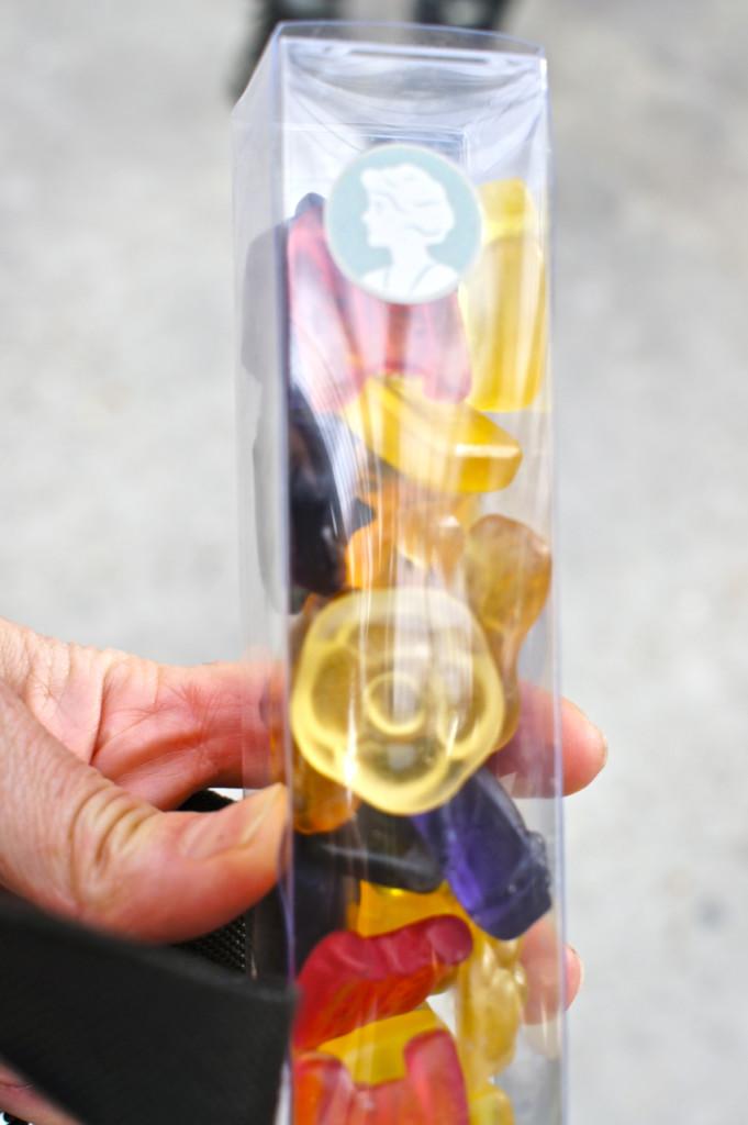 Gummy Bears Chanel em forma de camélia, bolsa e jaqueta Chanel!