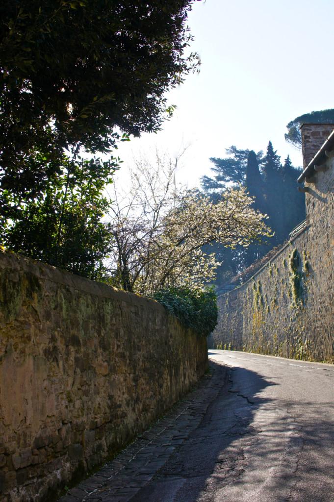 As ruelas de Florença, como esta, podem ser duas mãos...