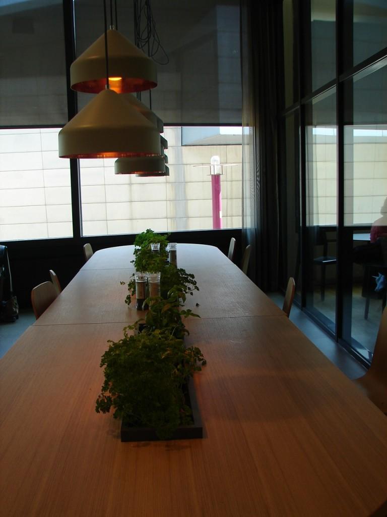 Você mesma tempera  seu prato! O restaurante no museu Van Gogh, com mesa comunitária, temperos naturais e orgânicos