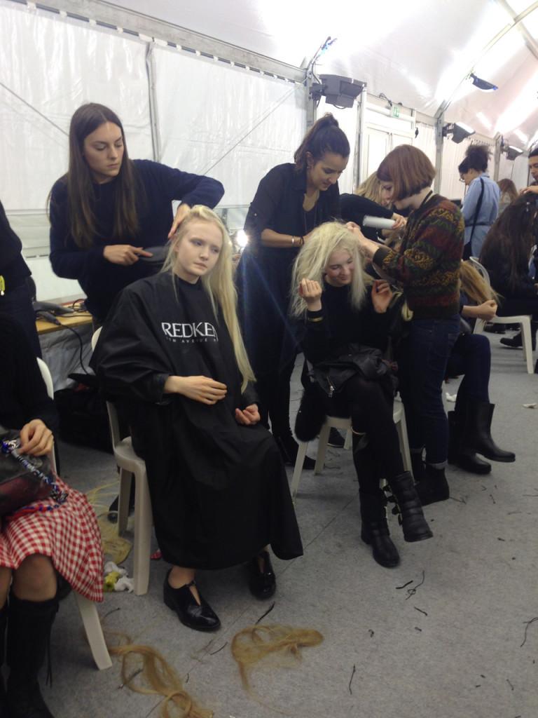 Depois do desfile, shampoo seco para tirar os apliques de cabelo das modelos!...