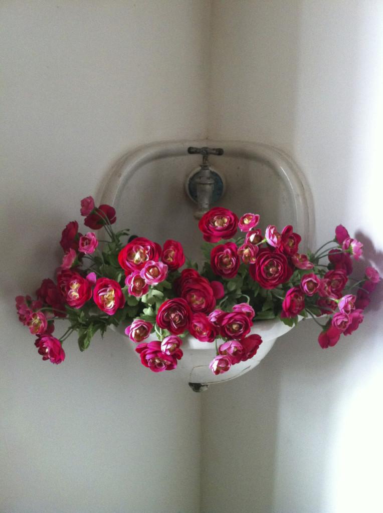 Inspiração: uma pia antiga serve de vaso de flores