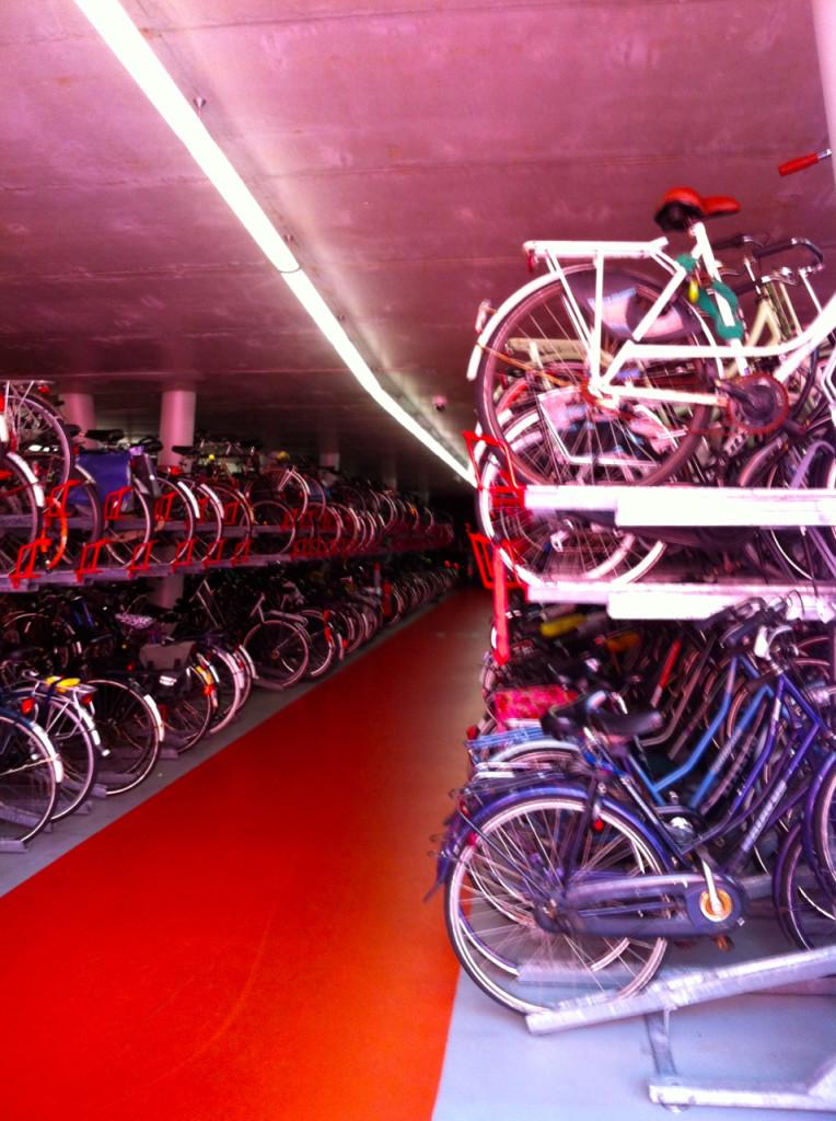 O estacionamento para bikes na estação perto da casa onde estava hospedada