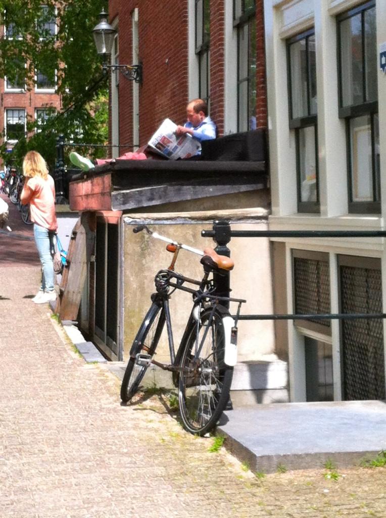 Um café aproveitou a arquitetura e o espaço para fazer um sofá ao ar livre. É verão!