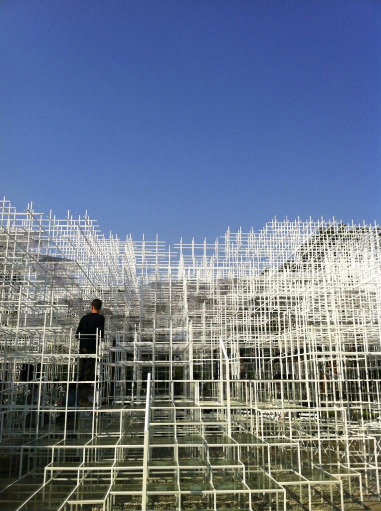 Serpentine Gallery e a instalação de verão do artista Sou Fujimoto. Dentro dela havia um café. Notem que as pessoas podiam andar e subir por ela
