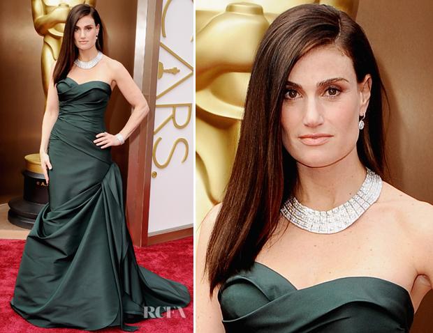 Este é um vestido maravilhoso e com este colar incrível, nem parece um tomara que caia!  Vestido de Vera Wang em Idina Menzelin