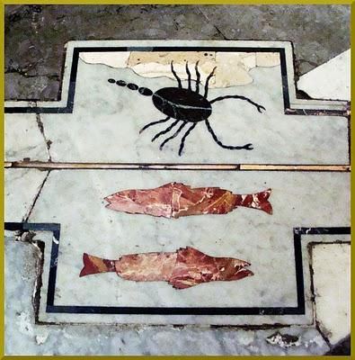 E, aqui, os signos de Peixes e Escorpião no interior da Duomo de Palermo.