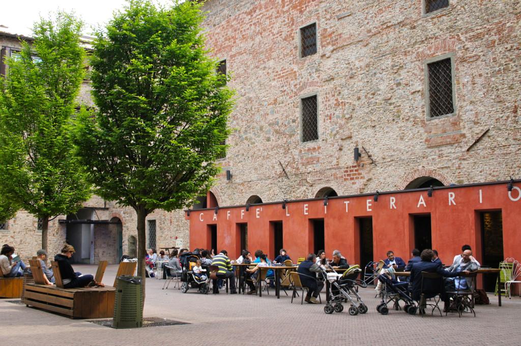 Os pátios internos tem cafés e restaurantes.