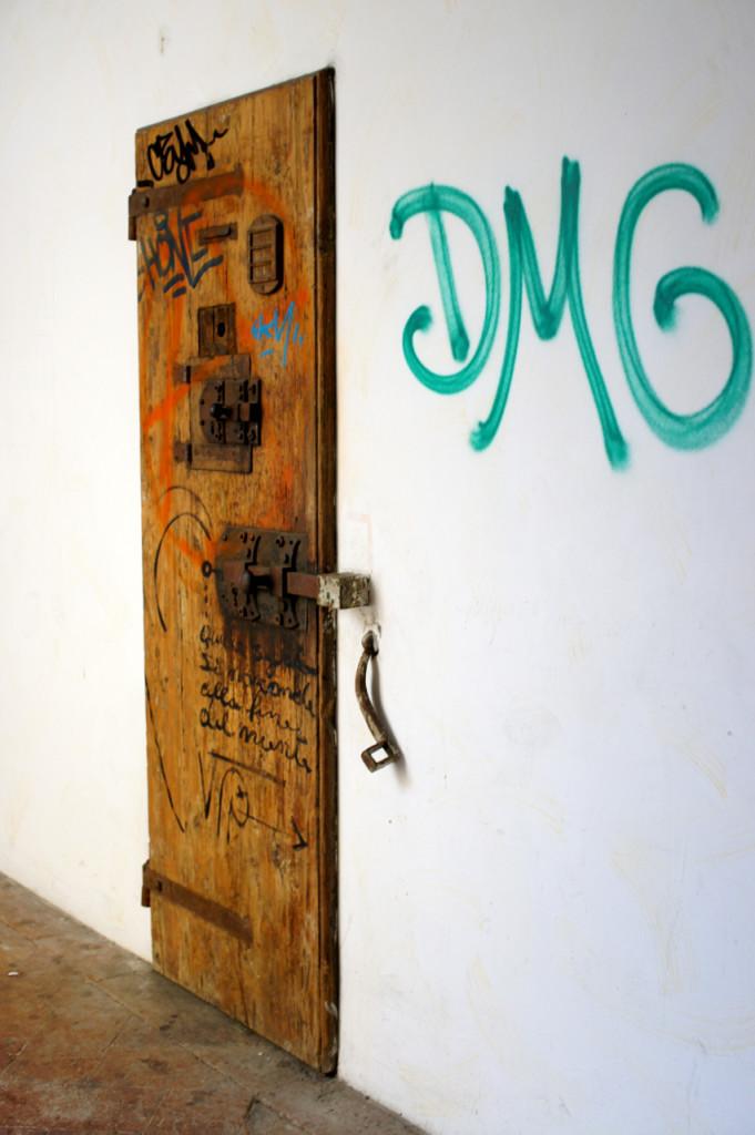 As antigas portas das celas ficaram só como demonstração.  Não abrem a nada.