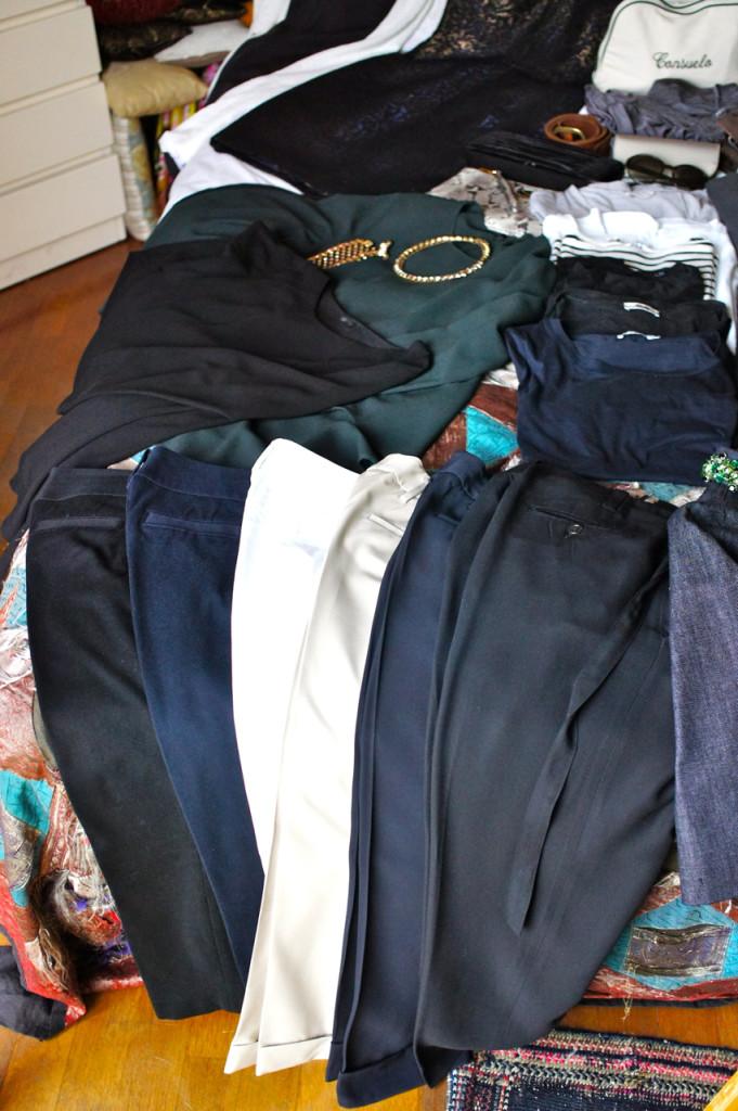 Várias calças, talvez um pouco demais, mas para fazer looks do dia e para todas estas ocasiões, achei necessárias.  A preta mais justa serve para dia e noite. As outras, mais larguinhas, são bem casual para montar os looks do dia.