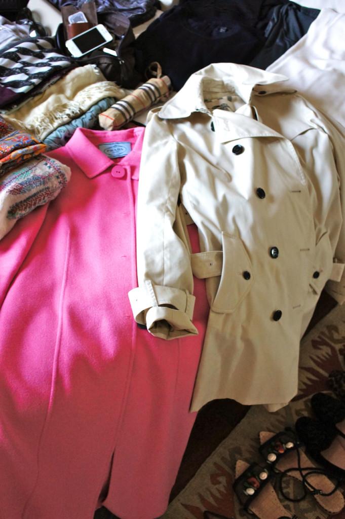 O trench clássico da Burberry que roubei da Allegra pois está chovendo em Londres.  O casaco rosa da Prada que traz cor aos looks e é quentinho para meia estação por ser sem forro.
