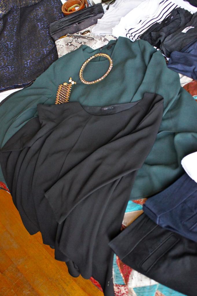 Para a noite, duas camisas mais elegantes para usar com calça justa preta e salto.  As bijoux, aqui da Caleidoscópio (sim me muni de trilhões de acessórios desta marca que AMOOOO!), completam dando um glamour ao look.