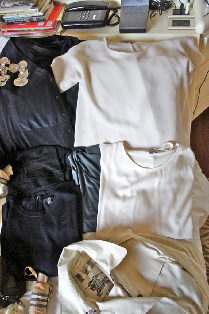 Embaixo à esquerda são os suéters se fizer frio. À direita embaixo camisetas com manga comprida para a temperatura média, e as camisas com manga curta são para o Brasil com uma calça e rasteirinha.