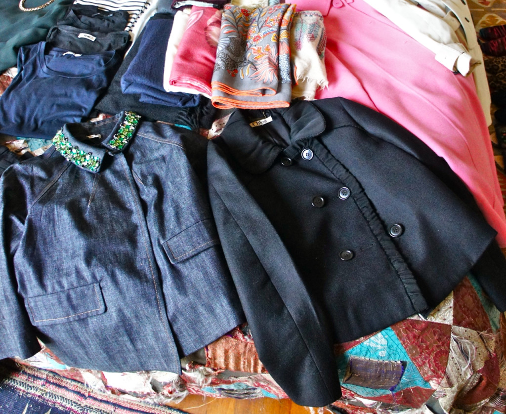 Dois casacos curtos.  O de jeans da Miu Miu com cristais na gola para o dia e o preto de lã da Chloé para a noite.
