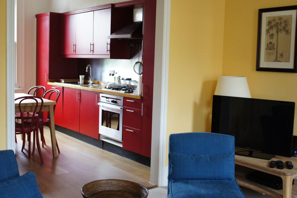 A cozinha é grande com uma mesa para 6 pessoas.