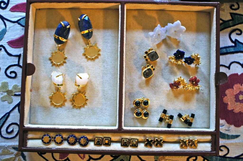 As peças menos caras em prata banhadas a ouro.  Ela reparou que esta é um nicho ainda a explorar no mercado de jóias inglês.