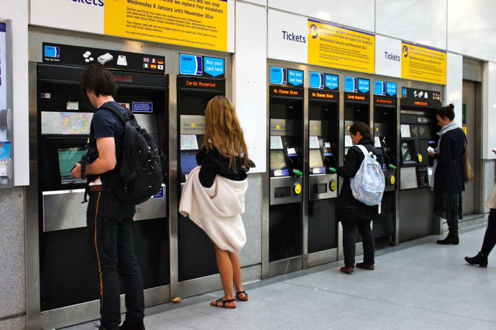 Pode-se top-up o Oyster card na estações do metrô nas máquinas automáticas que tem a escolha de várias línguas.  Paga-se com o cartão de crédito.
