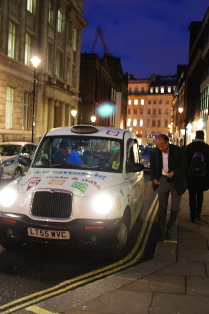 Nos cabs ingleses, o costume quer que sempre se dá o endereço fora pela janela antes de entrar, e também se paga fora pela janela.