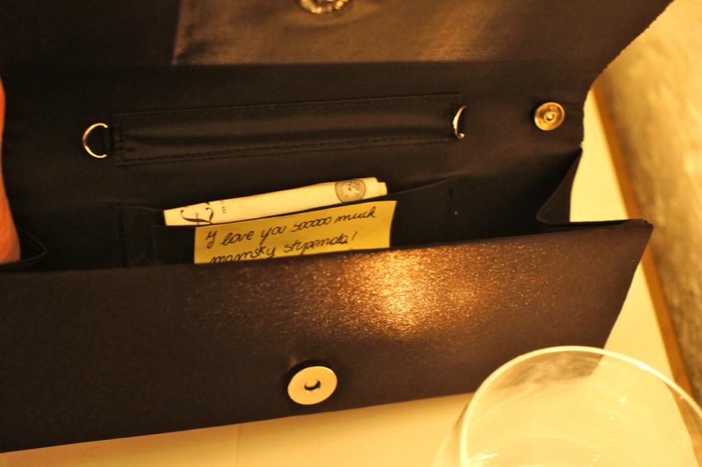 Encontrei um bilhetinho de amor da Allegra na minha bolsa para a noite!