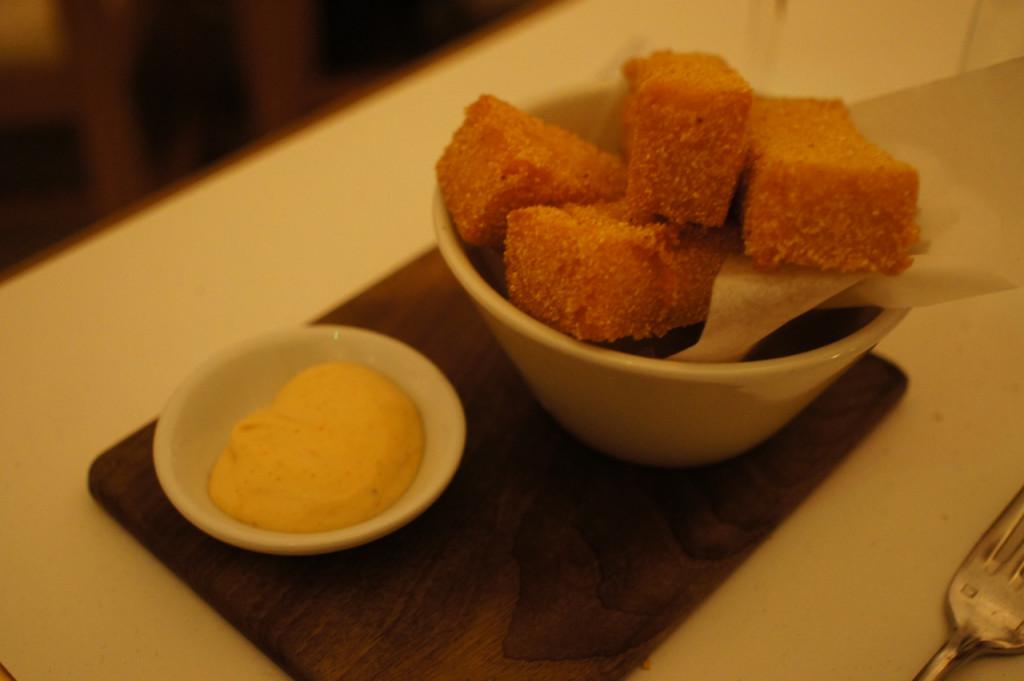 Uma polenta frita com tartufo e aioli de comer de joelhos como se diz no Brasil.  Adoro esta expressão!! rsss
