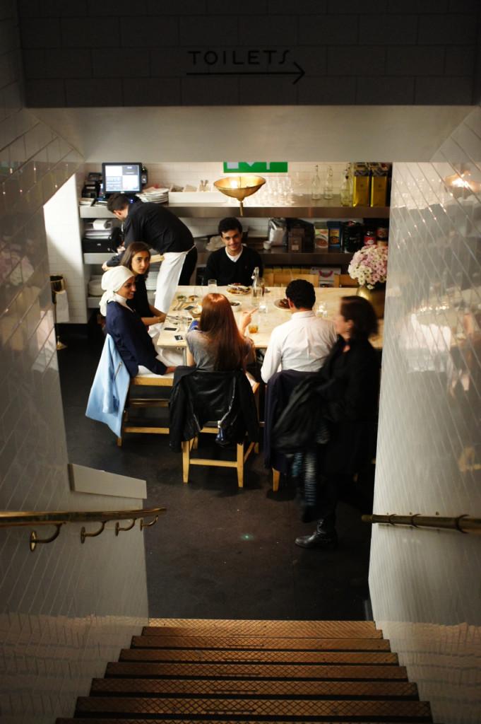 Embaixo tem outra sala com duas grandes mesas onde se vê a cozinha.  É bem divertido também!